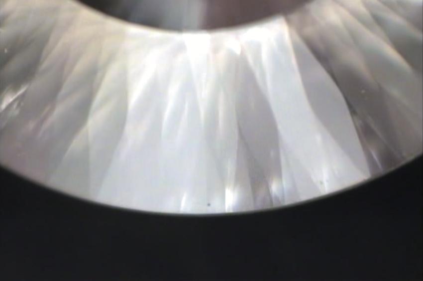 メイドインジャパンカットダイヤモンド『Dclusiv(ディクルーシヴ)』の365面体の日輪(にちりん)の拡大画像